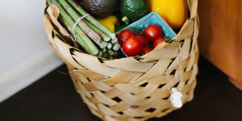 meal kit basket with fresh fruit and veg in it